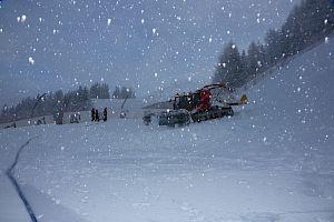 Nach einer ausreichenden Schneeauflage beginnen die Maschinenfahrer mit ihrer Arbeit. Foto: © KSC/HKR