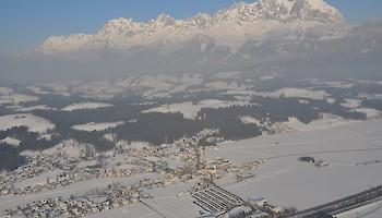 Der Parkplatz Oberndorf/Tirol liegt unmittelbar neben der Bahn