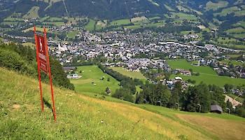 Der sommerliche Blick vom Hausberg ins Ziel.