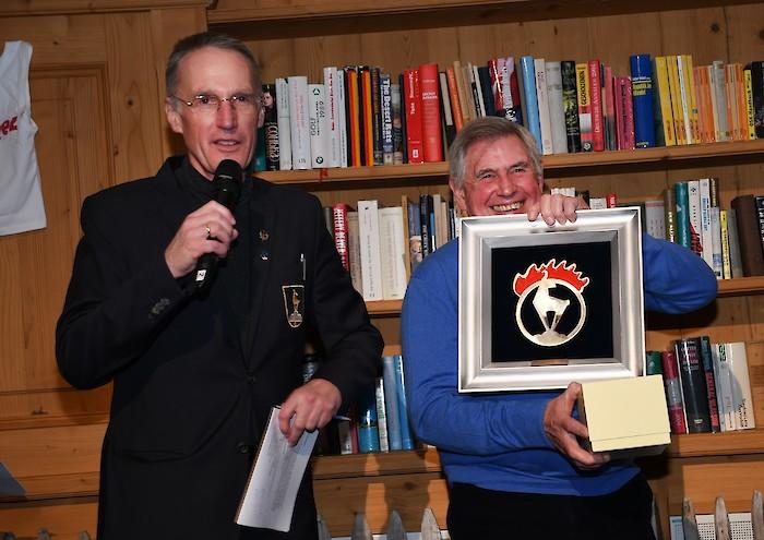 """Patrick Russel freute sich über die Auszeichnung """"Hahnenkamm Legend of the year 2020"""", links: HKR OK Chef Michael Huber"""